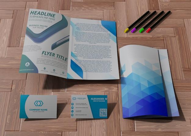 Varie forniture per ufficio e matite per carta mock-up aziendale di marca