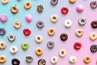 Variedades de sabor de donut filmado em vista aérea