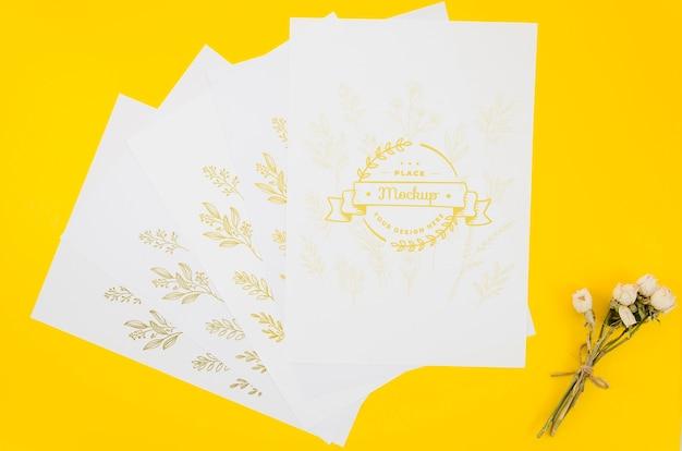 Varios papeles de maqueta botánica.