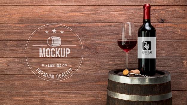 Vaso y botella de vino tinto