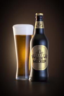 Vaso de cerveza y botella con maqueta de etiqueta