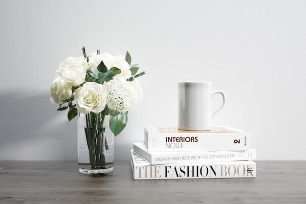 Vaso con fiori, tazza e libri impilati