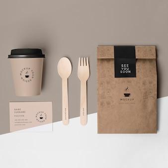 Vaso de plástico y bolsa de papel para café.
