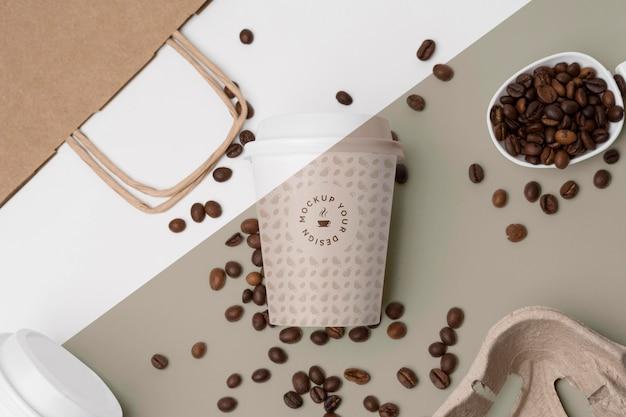 Vaso de plástico con granos de café