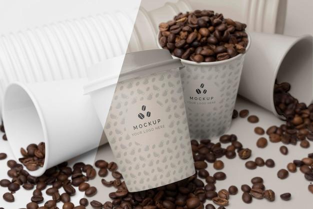 Vasos de plástico con granos de café