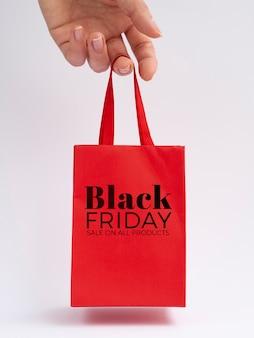 Venerdì nero concetto borsa rossa mock-up