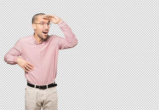 Verbaasd jonge man met een gebaar van wegkijken