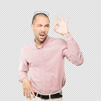 Verbaasd jonge man met zijn handen als een verrekijker