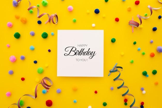 Verjaardag bewerkbare achtergrond confetti en ballonnen op geel