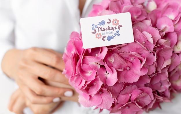 Verjaardagsbloemen met kaartmodel arrangement