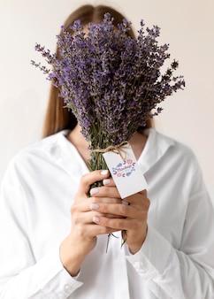 Verjaardagsbloemen met tag mock-up arrangement