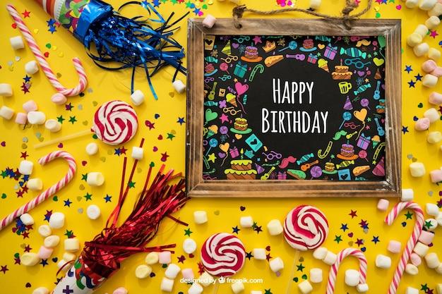 Verjaardagsconcept met leisteen en confetti