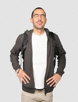 Vermoeide student poseren tegen de achtergrond