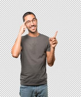 Verrast jonge man doet een gebaar van concentratie