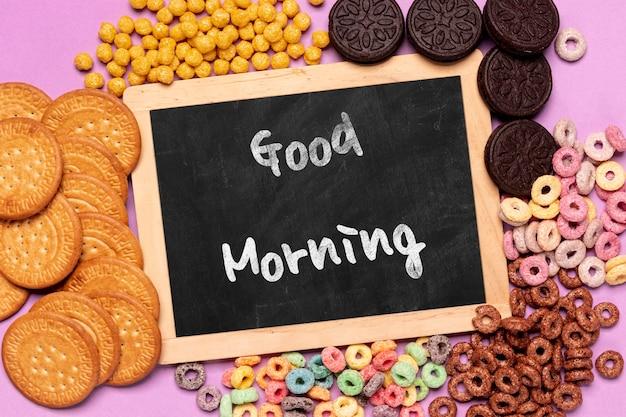 Verscheidenheid aan eten voor het ontbijt op tafel