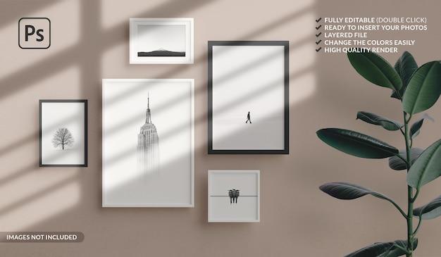 Verschillende formaten van minimale fotolijsten mockup die aan de muur van het appartement hangen