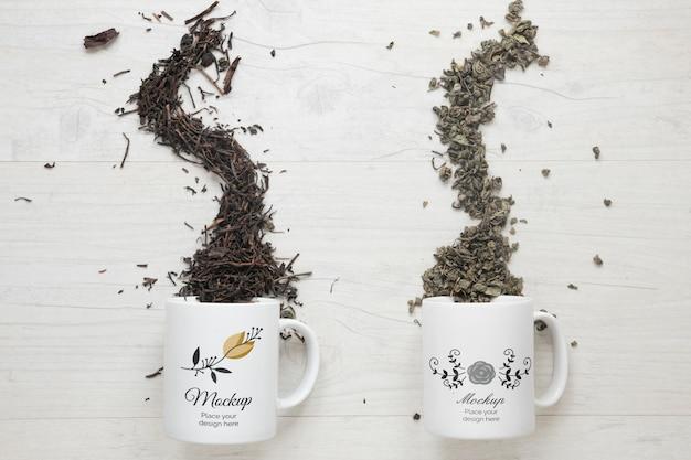 Verschillende soorten thee uit een model van omgekeerde mokken