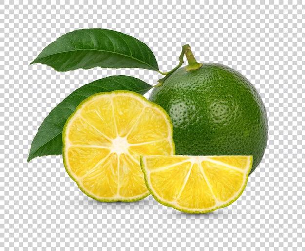 Verse limoen gesneden met geïsoleerde bladeren premium psd