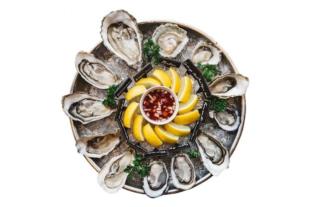 Verse oesters geserveerd in ronde lade