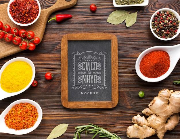 Verticaal bord met frame omringd door specerijen en kruiden