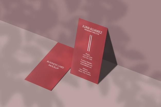 Verticaal visitekaartje mockup met bladschaduw