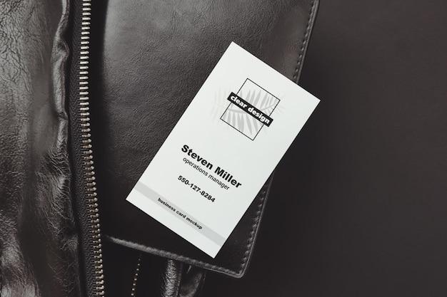 Verticaal visitekaartje op portmone zwarte scène mockup