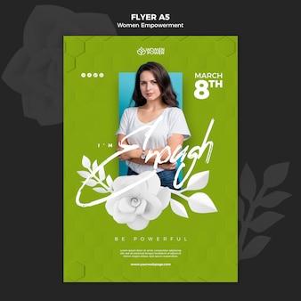 Verticale flyer-sjabloon voor empowerment van vrouwen met bemoedigend woord