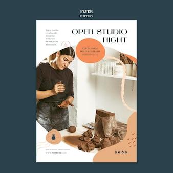Verticale flyer voor aardewerk met aarden vaten
