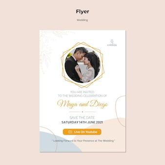 Verticale flyer voor huwelijksceremonie met bruid en bruidegom