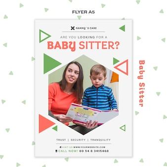 Verticale flyer voor vrouwelijke babysitter met kind
