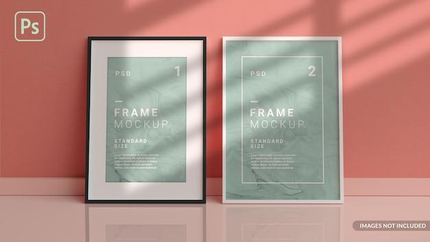 Verticale fotolijsten mockup op de vloer leunend tegen de muur van de kamer in 3d-weergave