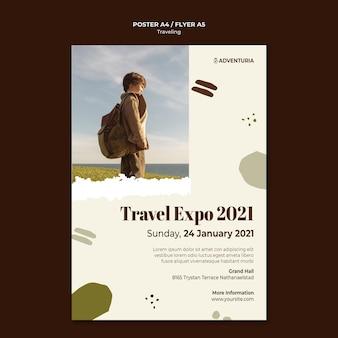 Verticale poster sjabloon met backpacken reizend kind