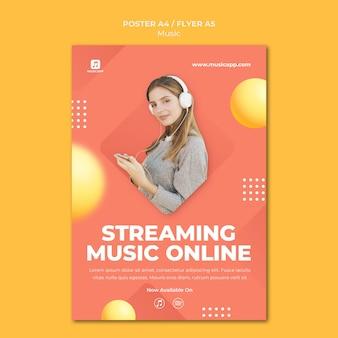 Verticale poster voor het online streamen van muziek met een vrouw die een koptelefoon draagt
