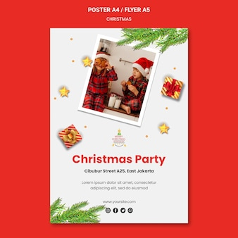 Verticale poster voor kerstfeest met kinderen in kerstmutsen