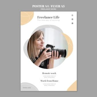 Verticale postersjabloon voor freelancewerk met vrouwelijke fotograaf