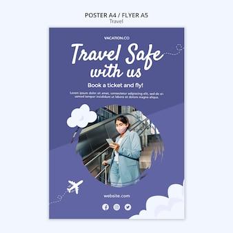 Verticale postersjabloon voor reizen met een vrouw die een gezichtsmasker draagt