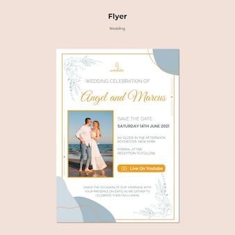 Verticale sjabloon folder voor huwelijksceremonie met bruid en bruidegom
