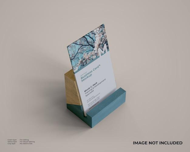 Verticale visitekaartje mockup met houten houder