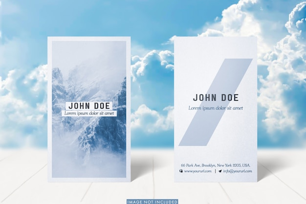 Verticale visitekaartjes mockup met erachter wolken