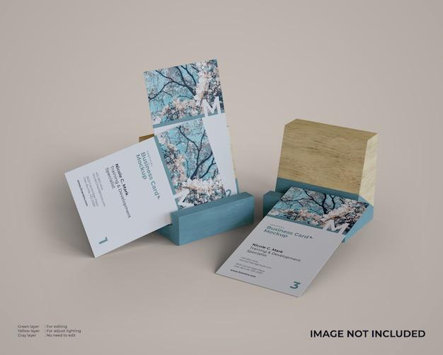 Verticale visitekaartjes mockup met houten houder