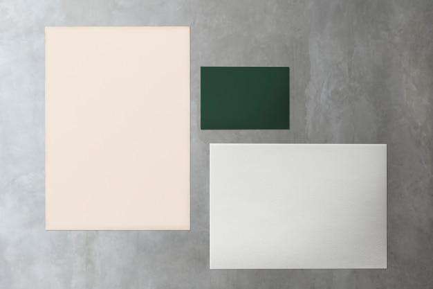 Verzameling van papier op marmeren mockup