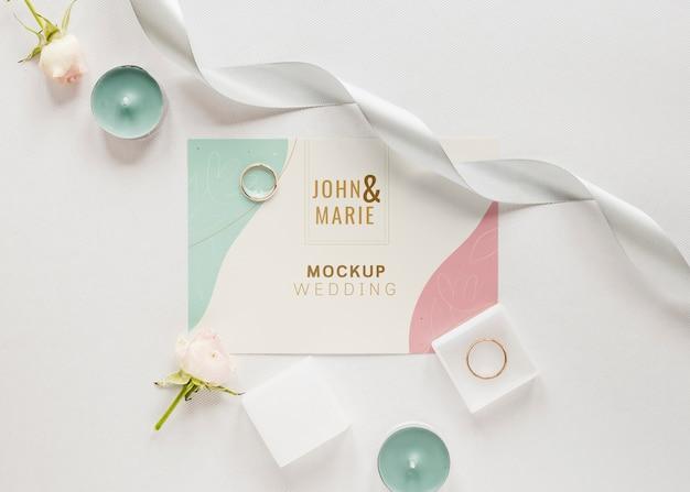 Vet leg van huwelijkskaart met kaarsen en lint