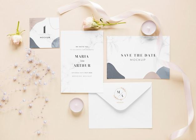 Vet leggen van bruiloft kaarten met rozen en kaarsen