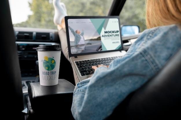 Viajero sosteniendo una computadora portátil de maqueta