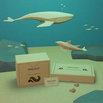 Vida marina y cajas de cartón bajo el agua con maqueta
