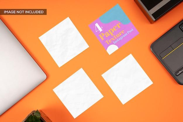Vierkant blanco kaarten mockup op de werkplek, bovenaanzicht