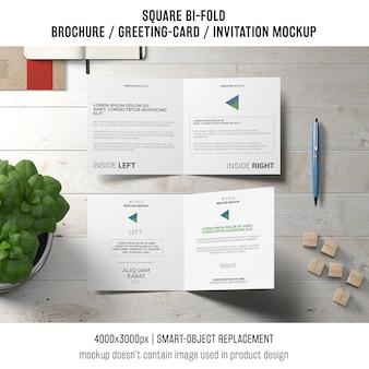 Vierkant dubbelgevouwen brochure of wenskaartmodel met basilicumplant