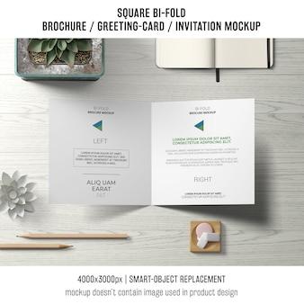 Vierkant dubbelgevouwen brochure of wenskaartmodel van boven