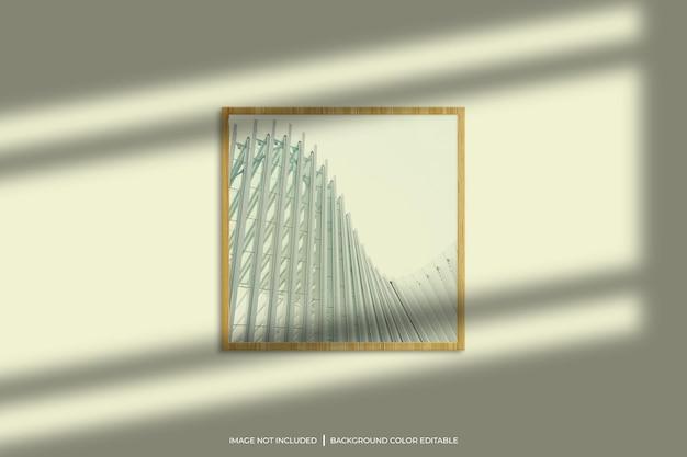 Vierkant houten fotolijstmodel met schaduwoverlay en pastelkleurige achtergrond