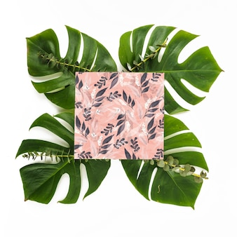 Vierkant kaartmodel met tropische bladeren